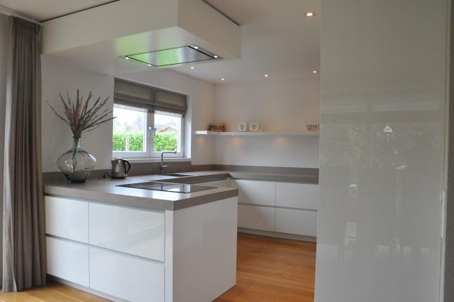 Hoogglans witte keuken - frederiksinterieurs.nl